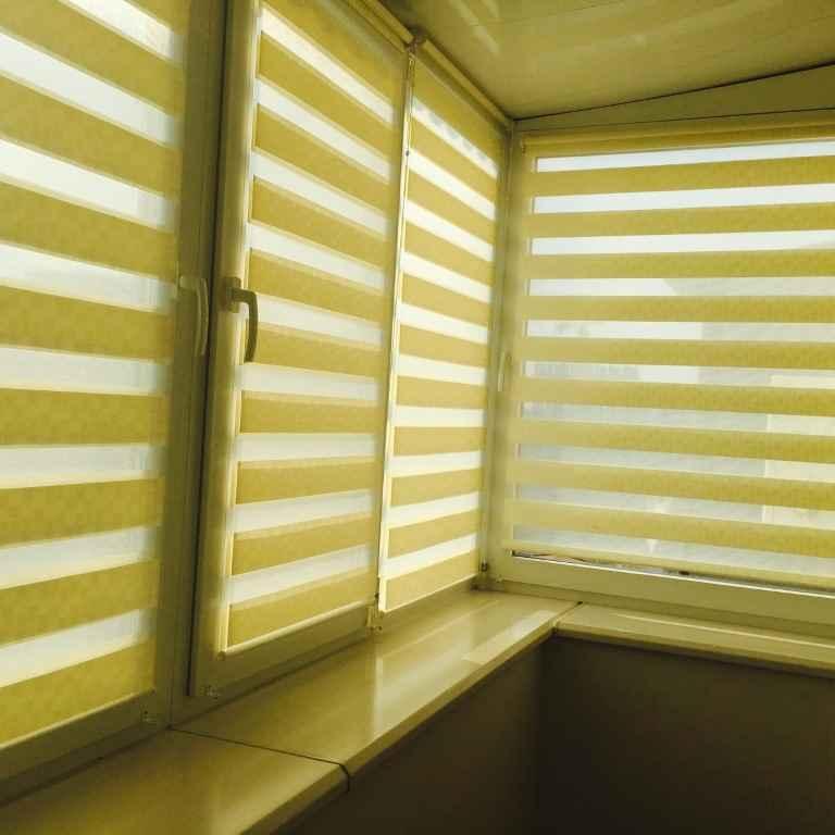 Остекленный балкон с рулонными шторами