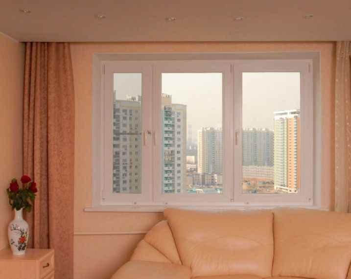 Трехстворчатое окно в гостинной